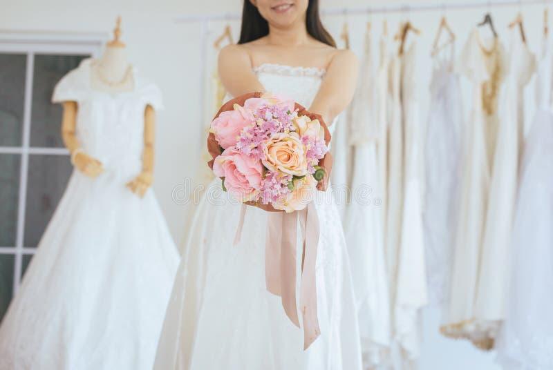 Невеста держа букет в наличии на свадьба, момент красивой азиатской женщины усмехаясь и счастливый, романтичный и сладкий стоковые изображения