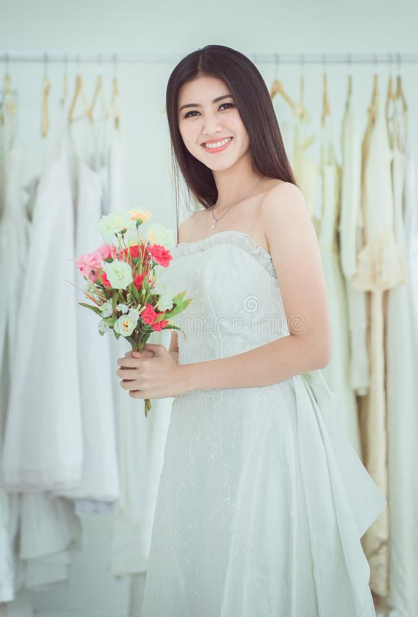 Невеста держа букет в наличии на свадьба, момент красивой азиатской женщины усмехаясь и счастливый, романтичный и сладкий стоковое фото rf