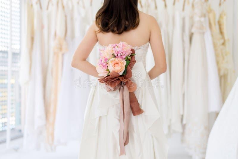 Невеста держа букет в наличии на свадьба, момент красивой азиатской женщины усмехаясь и счастливый, романтичный и сладкий стоковые фото
