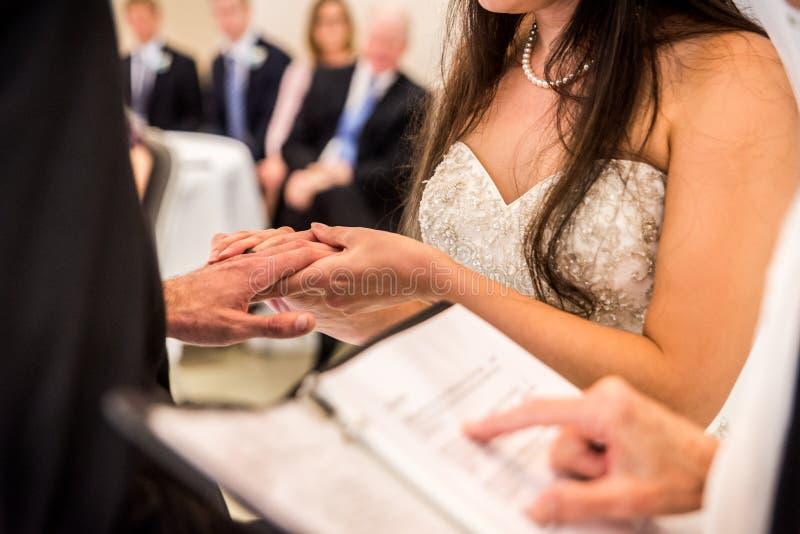 Невеста держа руку groom стоковая фотография rf