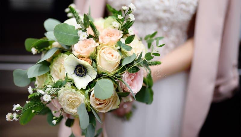 Невеста держа стильную свадьбу цветет букет стоковое фото rf