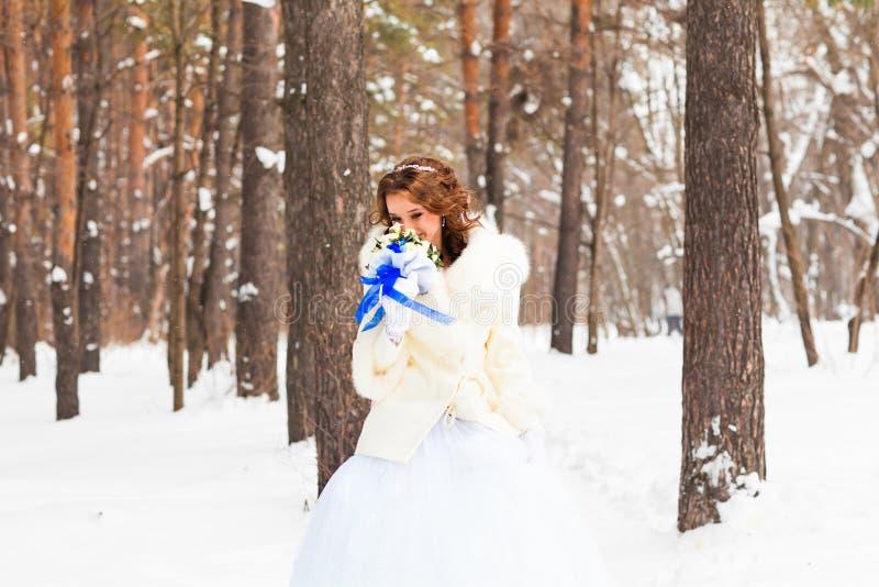 Невеста держа букет свадьбы зимы стоковые изображения rf