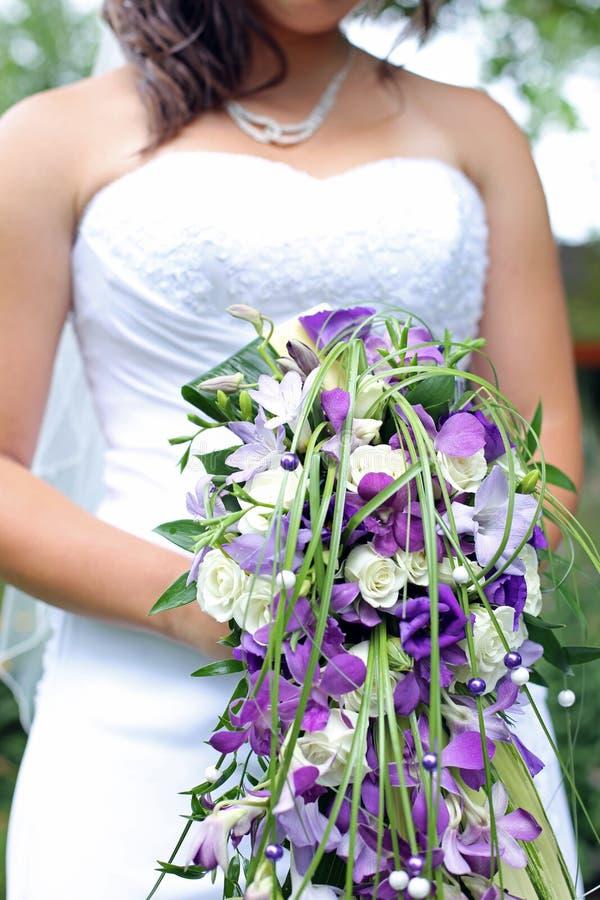 Невеста держа ее букет стоковая фотография