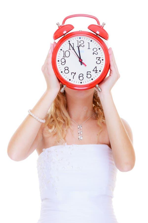 Невеста женщины держа большие красные часы стоковые изображения