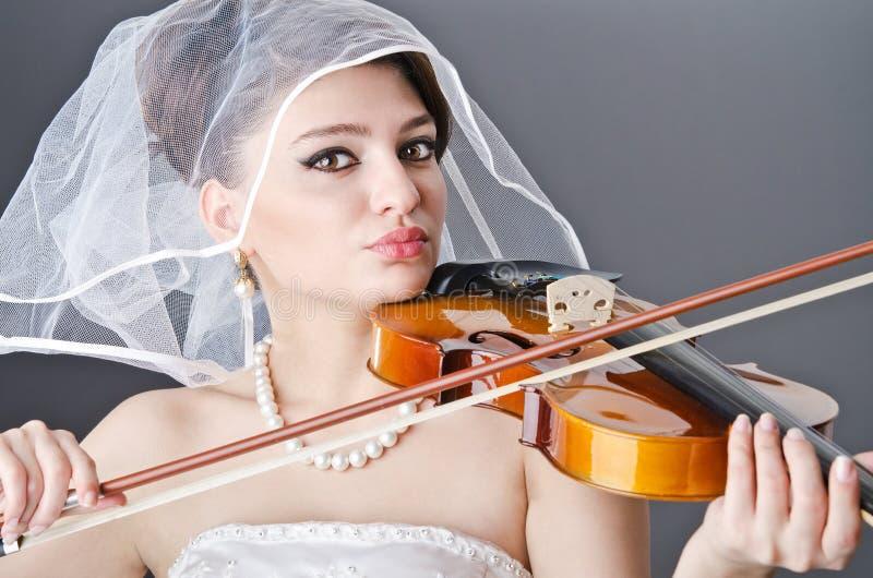 невеста играя скрипку стоковые изображения rf