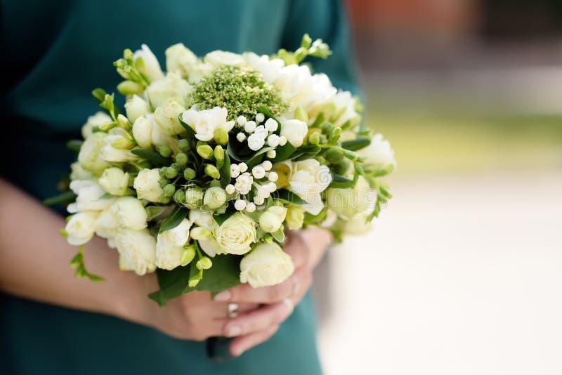 Невеста или bridesmaid держа стильные цветки свадьбы стоковое фото