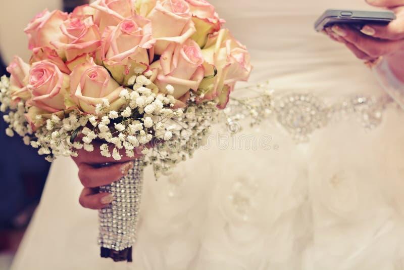 Невеста и она усилили стоковая фотография