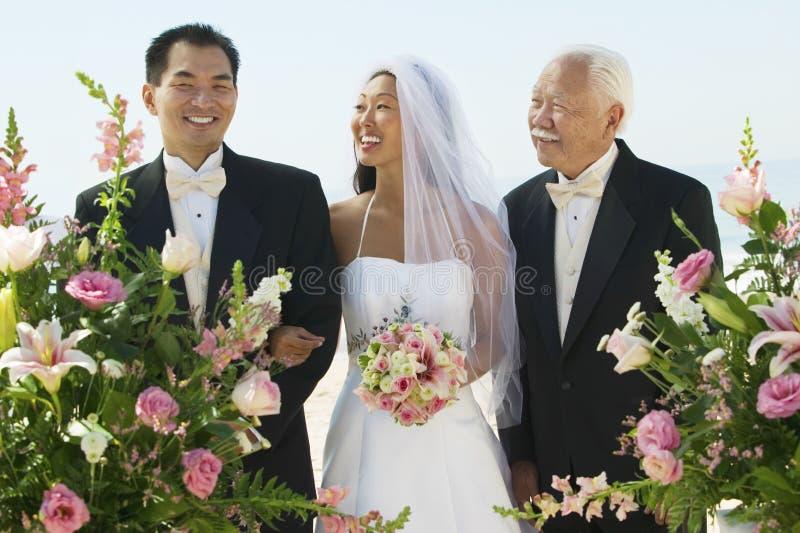 Невеста и отец смотря Groom стоковое изображение rf