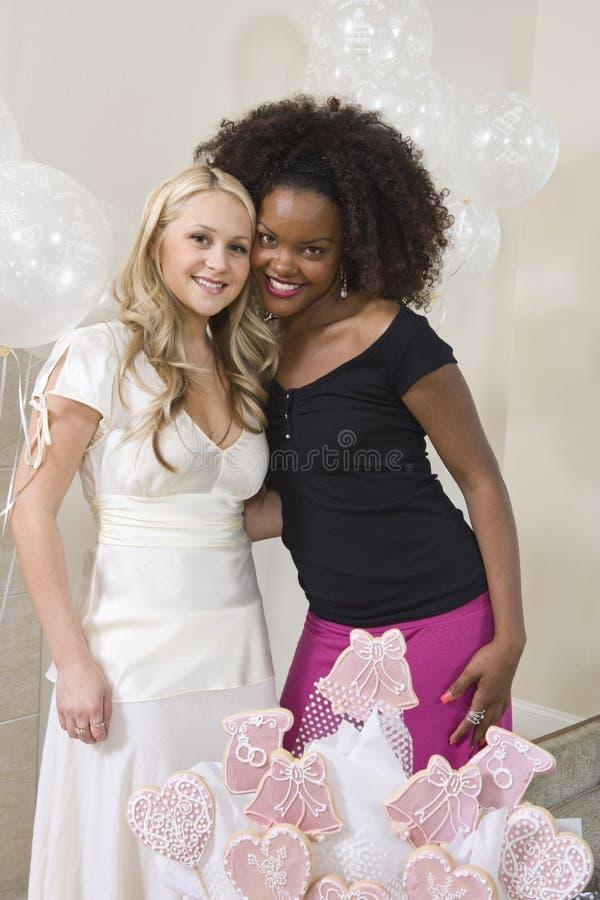 Невеста и друг на партии курицы стоковая фотография