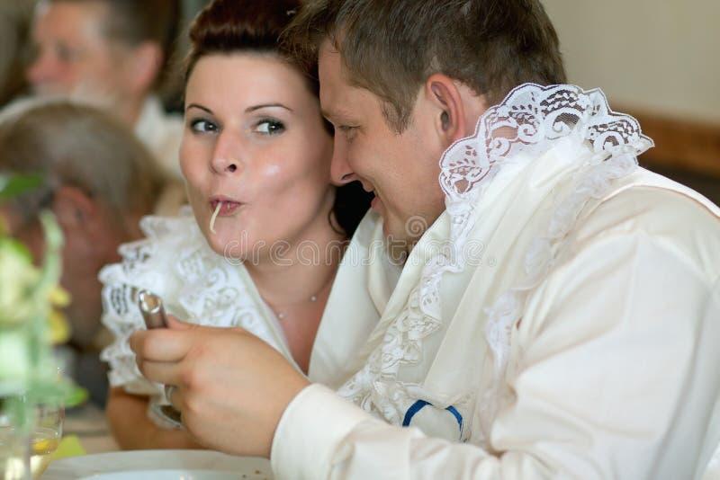 Невеста и groom в одном супе стоковое фото rf