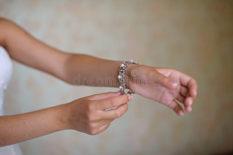 Невеста кладет дальше браслет стоковое фото