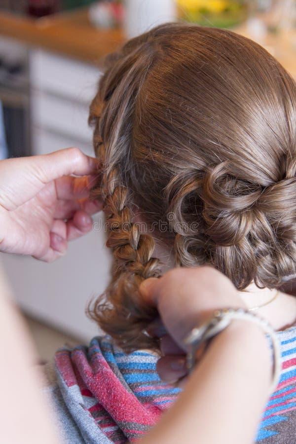 Невеста на парикмахере стоковая фотография rf