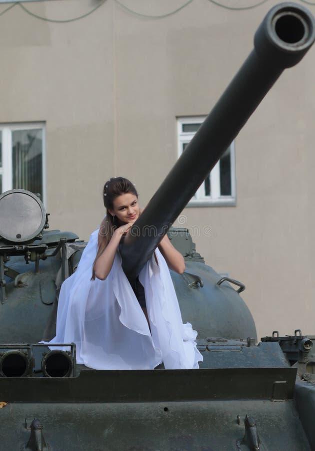Невеста на танке стоковые фото