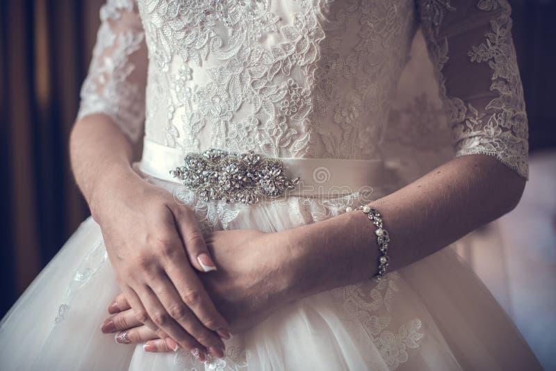 Невеста носит браслет в наличии стоковое фото