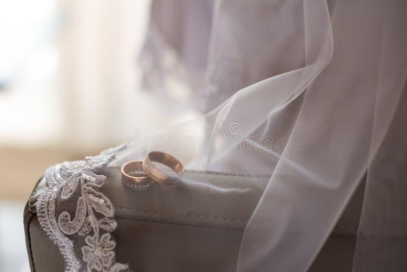 Невеста носит браслет в наличии стоковое изображение