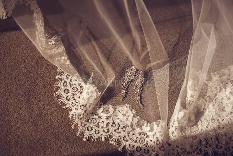 Невеста носит браслет в наличии стоковая фотография