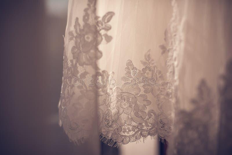Невеста носит браслет в наличии стоковое изображение rf