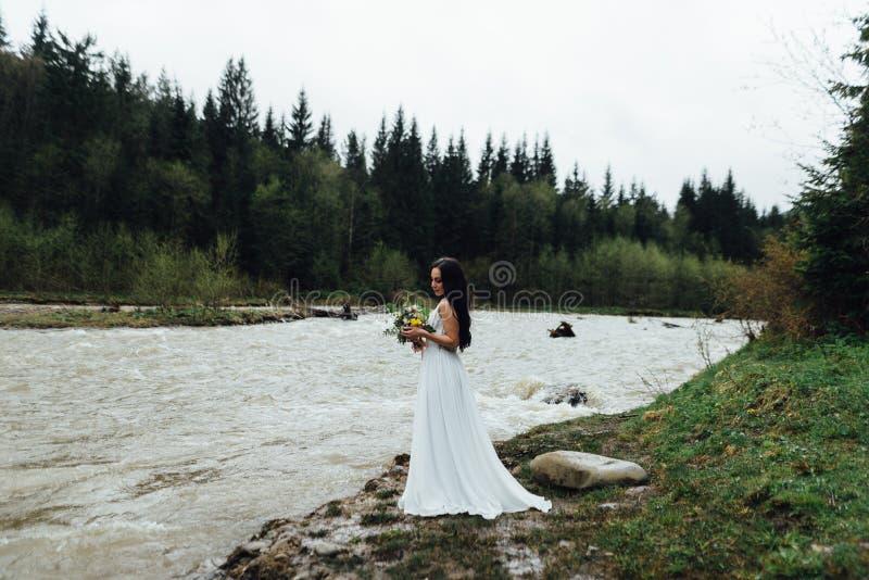 Невеста, нося белое платье свадьбы Путешествие свадьбы к Грузии стоковая фотография rf