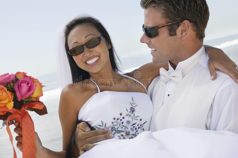 Невеста нося Groom outdoors (конец-вверх) стоковая фотография rf