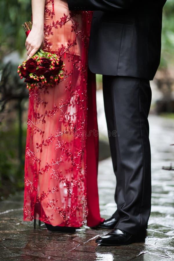 Невеста обнимает невесту стоковое изображение