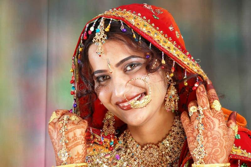 невеста одевает ее индийское показывая венчание стоковые фото