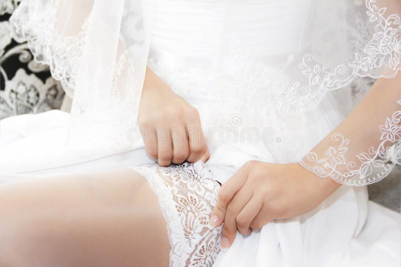 Невеста одевает чулки стоковое фото rf