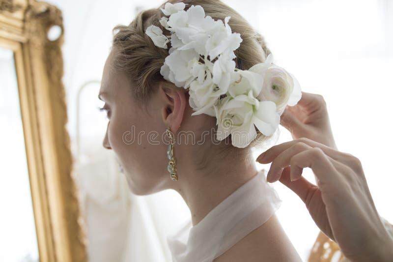 Невеста одетая в белом платье стоковая фотография