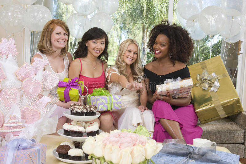 Невеста показывая ее обручальное кольцо и друзей держа подарки стоковые фотографии rf