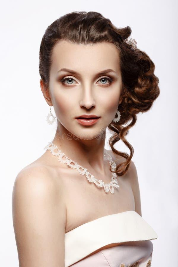 Невеста Портрет красивой женщины в розовом платье свадьбы стоковое фото rf