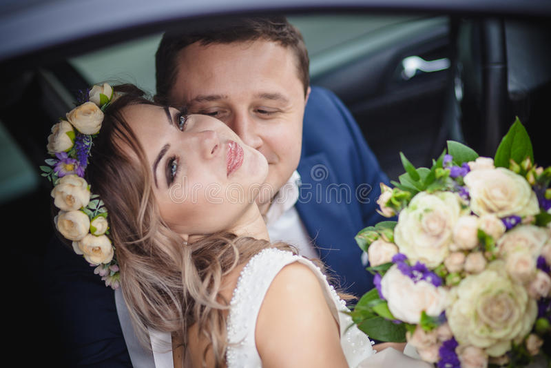 Невеста поцелуя улыбки стоковая фотография