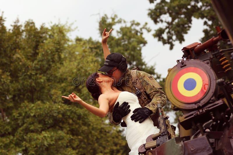Невеста с ее костюмом армии groom нося стоковое изображение rf