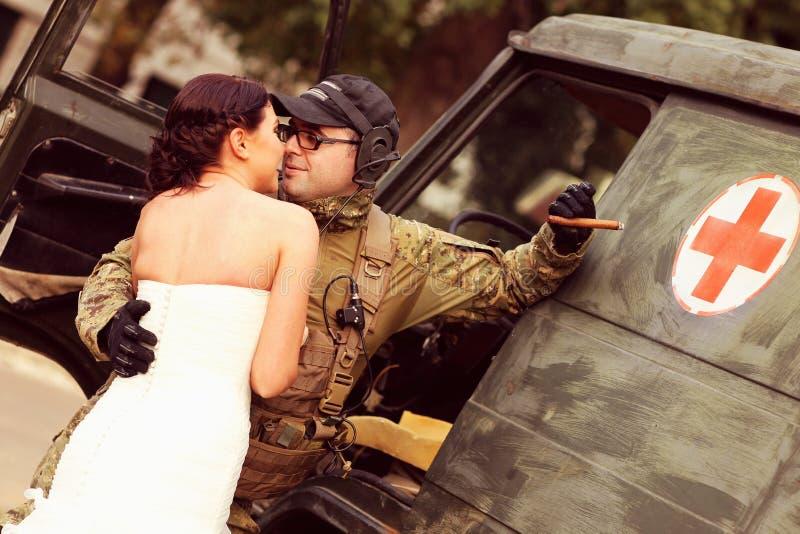 Невеста с ее костюмом армии groom нося стоковая фотография