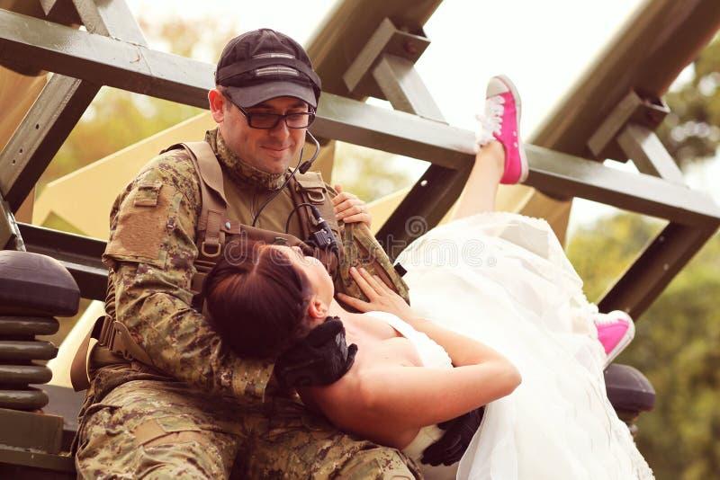 Невеста с ее костюмом армии groom нося стоковые фотографии rf