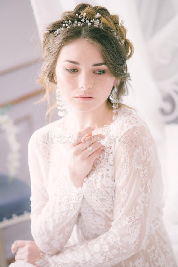 Невеста с конусами и справедливыми волосами Хрупкая невеста в белизне стоковая фотография