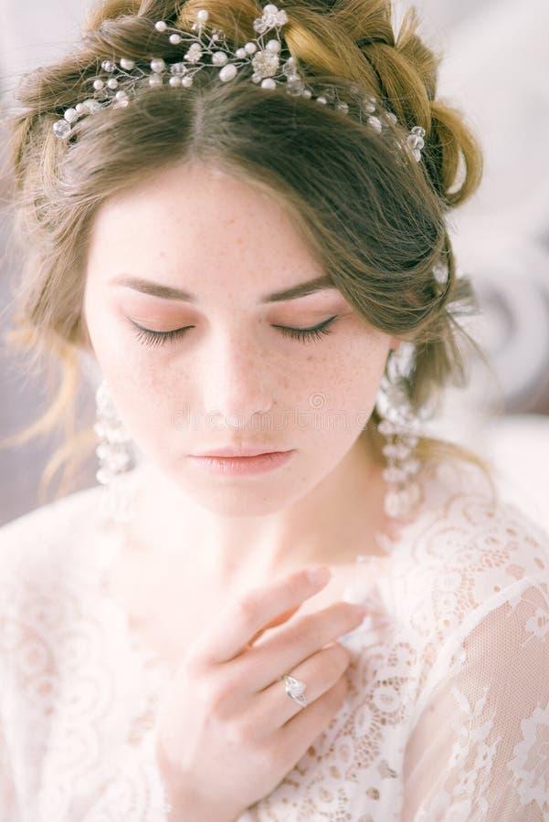 Невеста с конусами и справедливыми волосами Хрупкая невеста в белизне стоковая фотография rf