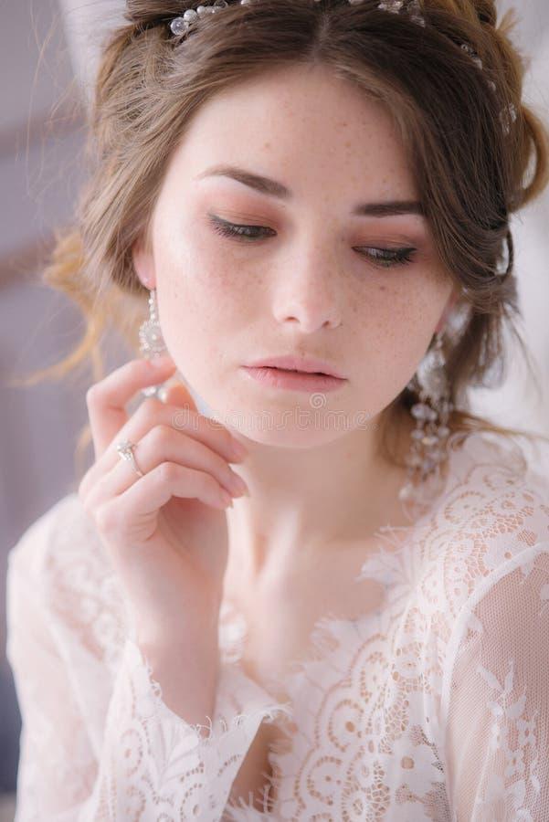 Невеста с конусами и справедливыми волосами Хрупкая невеста в белизне стоковое изображение