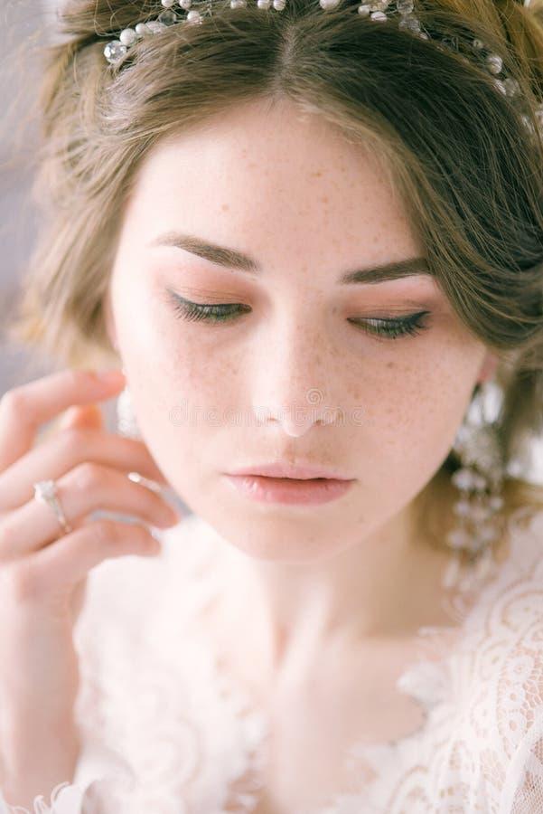 Невеста с конусами и справедливыми волосами Хрупкая невеста в белизне стоковые фотографии rf