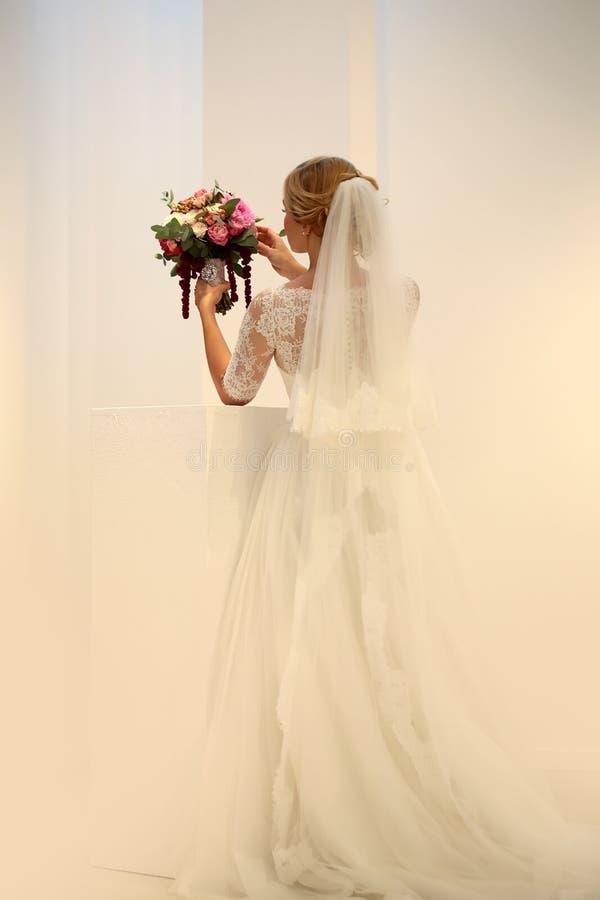 Невеста с красивым букетом свадьбы стоковая фотография