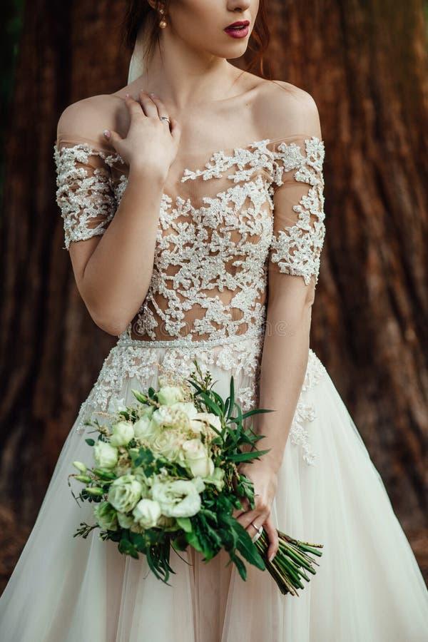 Невеста с сногсшибательным пастельным букетом в ее руках представляет снаружи стоковое изображение