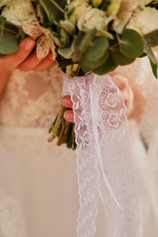 Невеста с ярким букетом свадьбы с другими цветами крупный план ленты стоковые фото