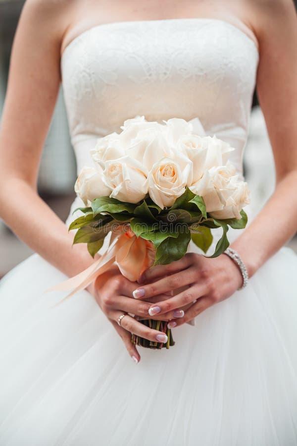Невеста с bouqet свадьбы стоковое фото