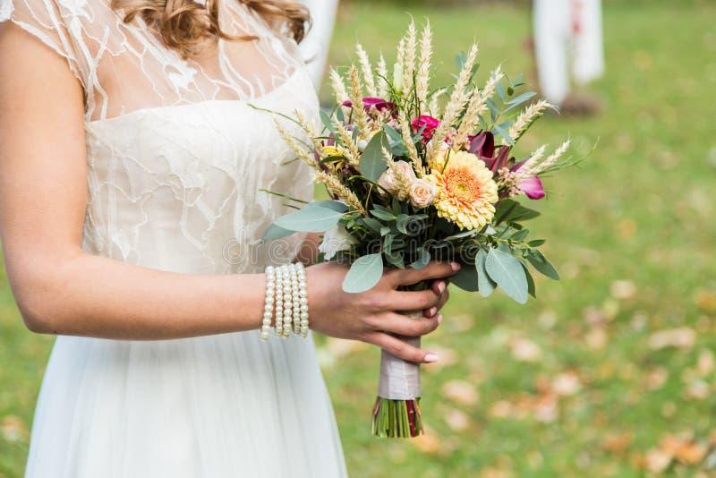 Невеста с bouqet свадьбы стоковая фотография