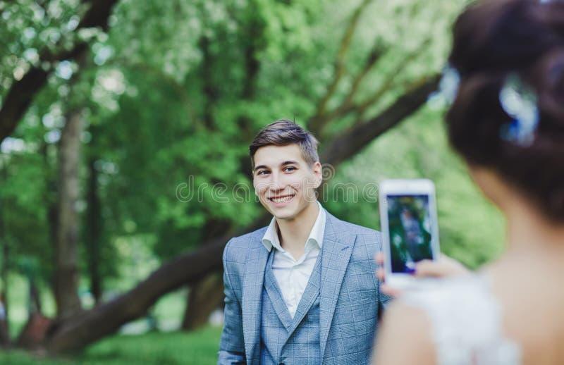 Невеста фотографирует холит стоковое фото