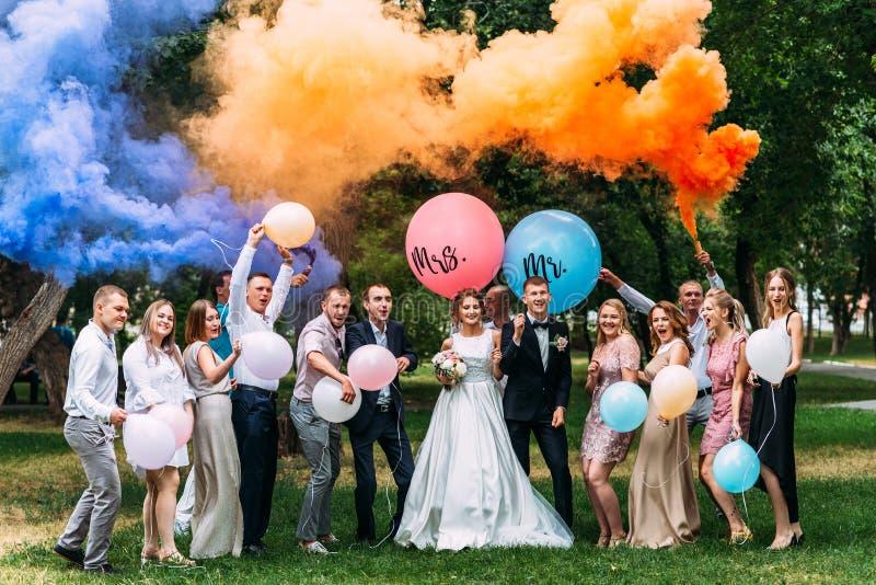 Невеста, холит и гости outdoors стоковая фотография