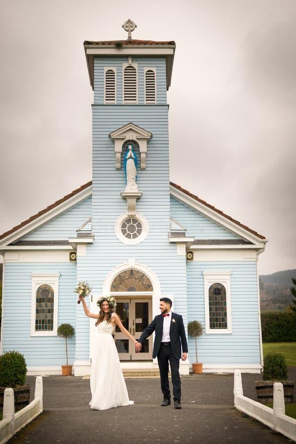 Невеста холит цветки усмехается представлять свадьбы стоковые фотографии rf