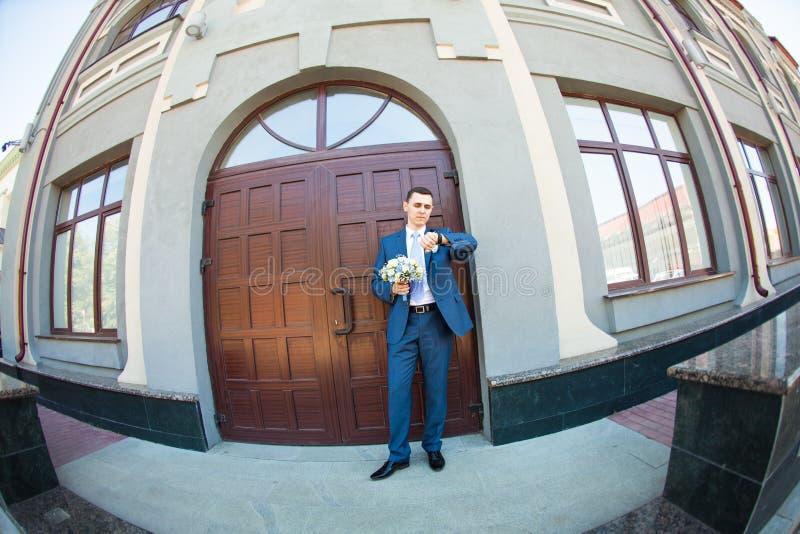 Невеста Groom ждать как раз поженено конец вверх _ стоковая фотография