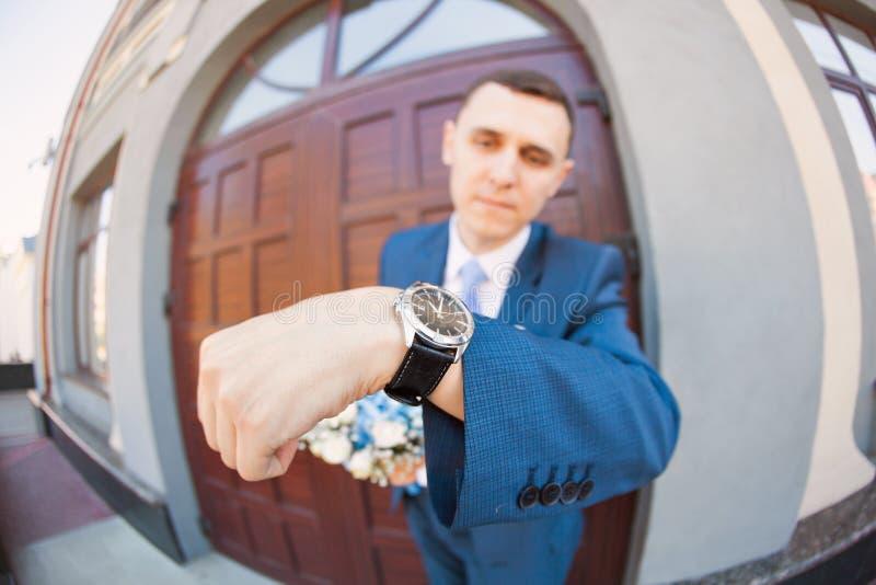 Невеста Groom ждать как раз поженено конец вверх _ стоковые фото