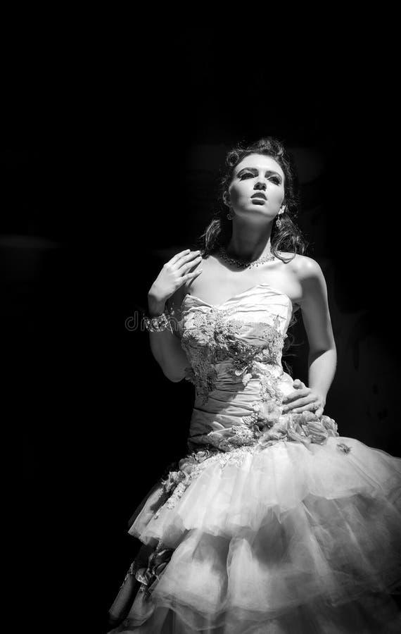 Невесты фантазии в затеняемой комнате стоковые фотографии rf