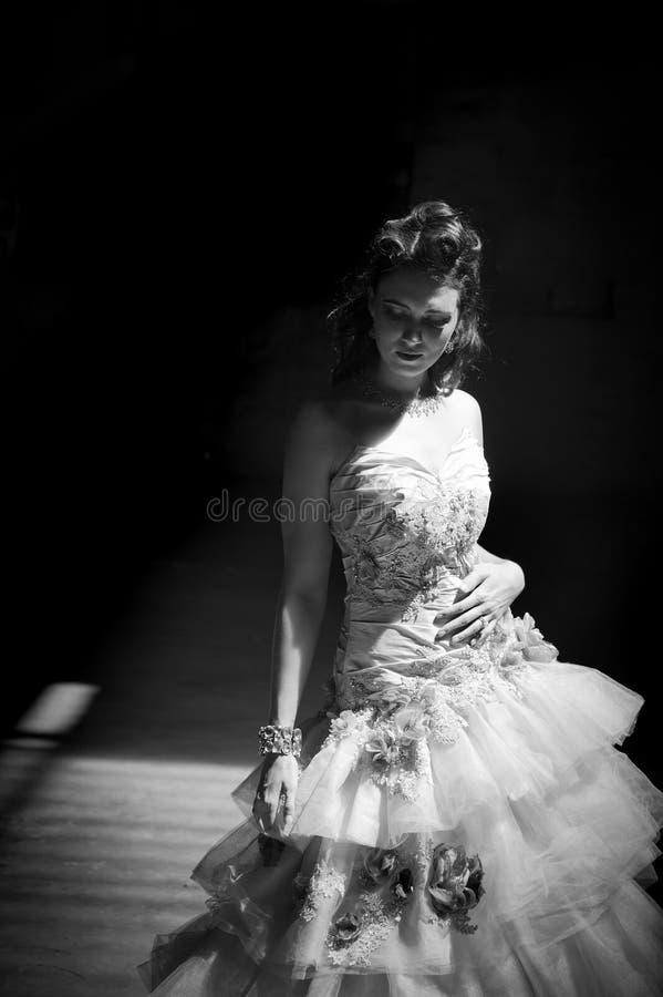 Невесты фантазии в затеняемой комнате стоковое фото