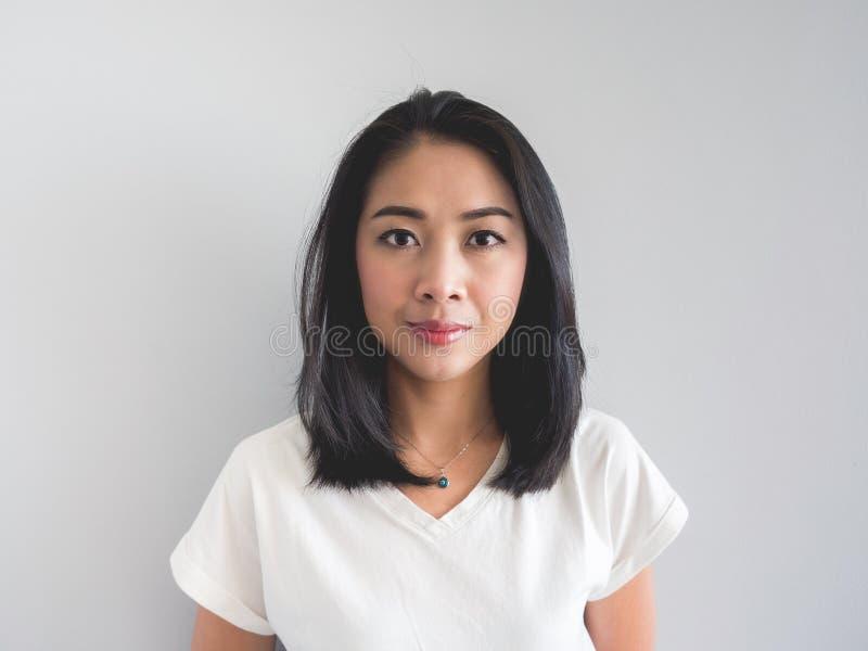 Невозмутимый вид азиатской женщины стоковое изображение rf